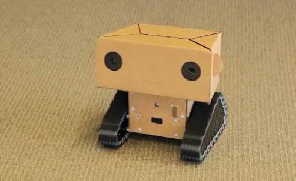Boxie – Un robot amigable con cara de cartón graba documentales (por Manuel Cosío)