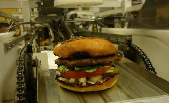 Robot que hace hamburguesas amenaza con desplazar a cocineros de EEUU